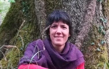 Pascale Laussel auprès d'un chêne vénérable